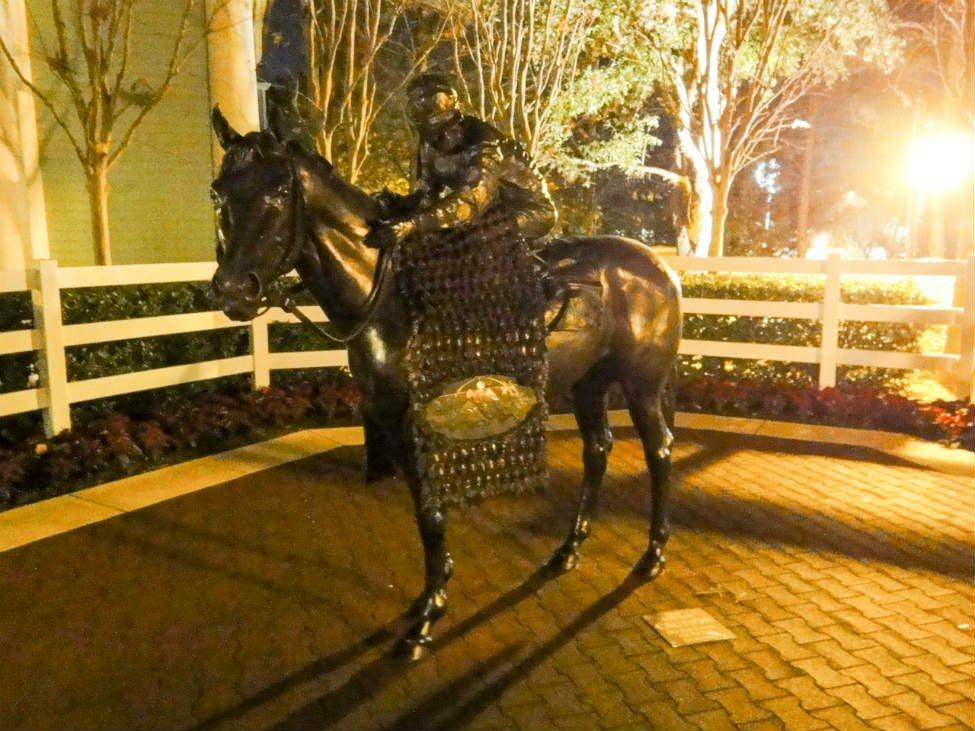 サラトガにある馬の銅像