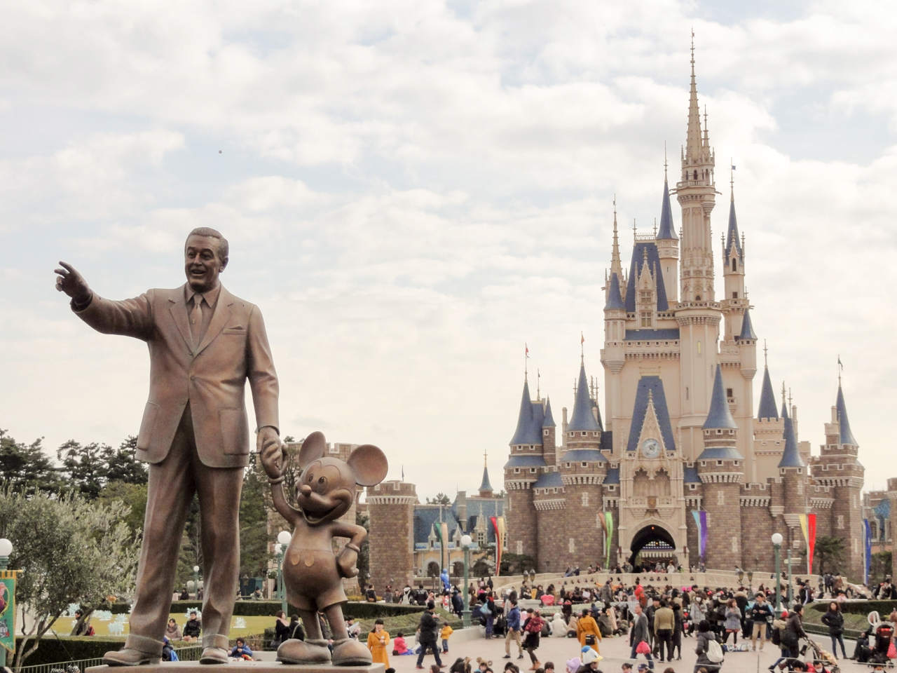 東京ディズニーランドのパートナーズ像