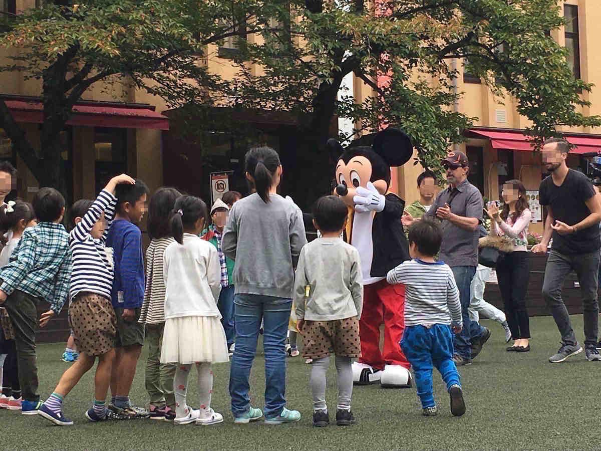日本の子どもたちと交流するミッキーマウス (画像提供:@YH_58さん)
