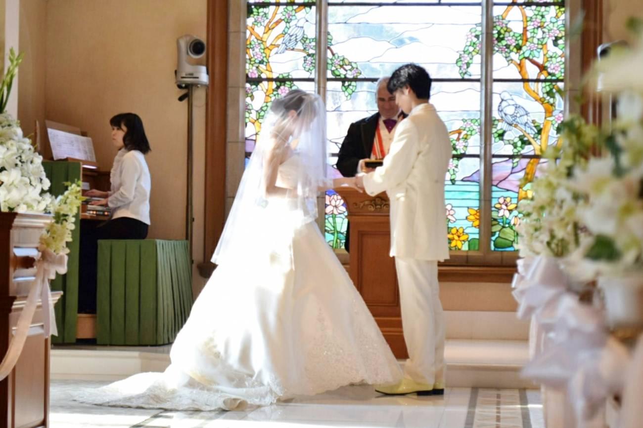 ホテルミラコスタの挙式は、キリスト教式と、オリジナル人前式の2通りより選べます。ブライダルフェアの時間中(930~1800)、約1時間に1回の間隔で、オリジナル人前