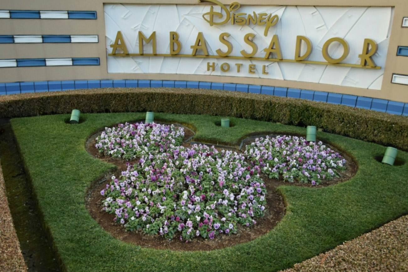 アンバサダーホテルのミッキーシェイプの花壇