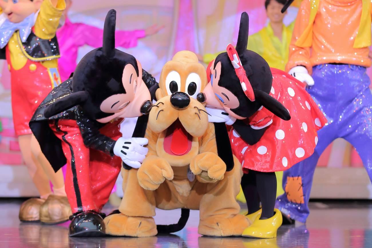 プルートにキスするミッキーとミニー