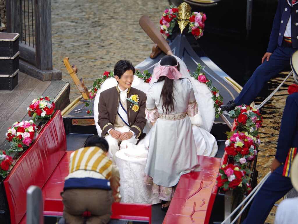 ヴェネツィアン・ゴンドラのスタンバイエリアでは、キャストによる館内放送を流しているところでした。