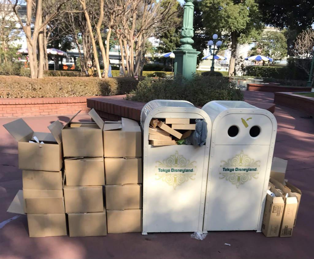ピクニックエリア内に捨てられたゴミ