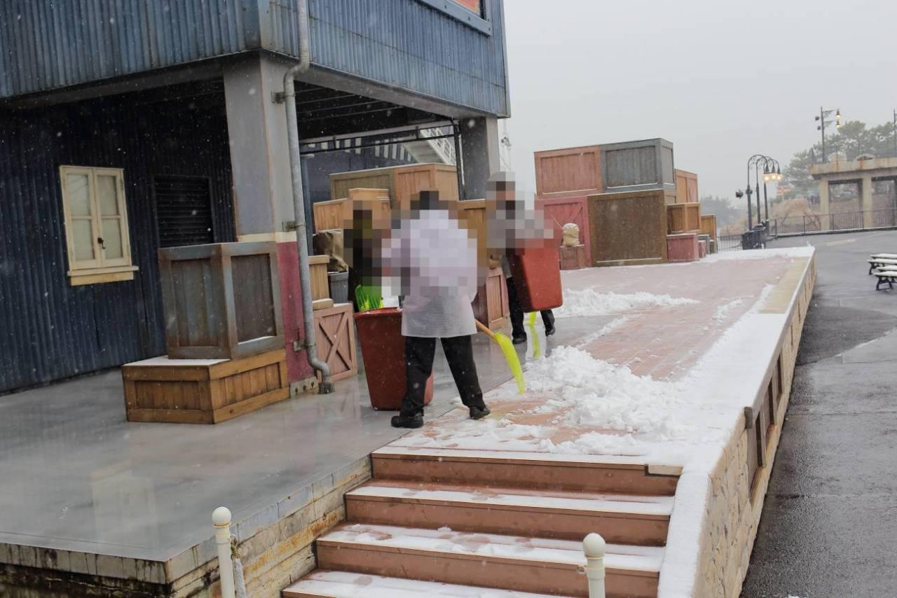雪の日のアメリカンウォーターフロントのドッグサイドステージ