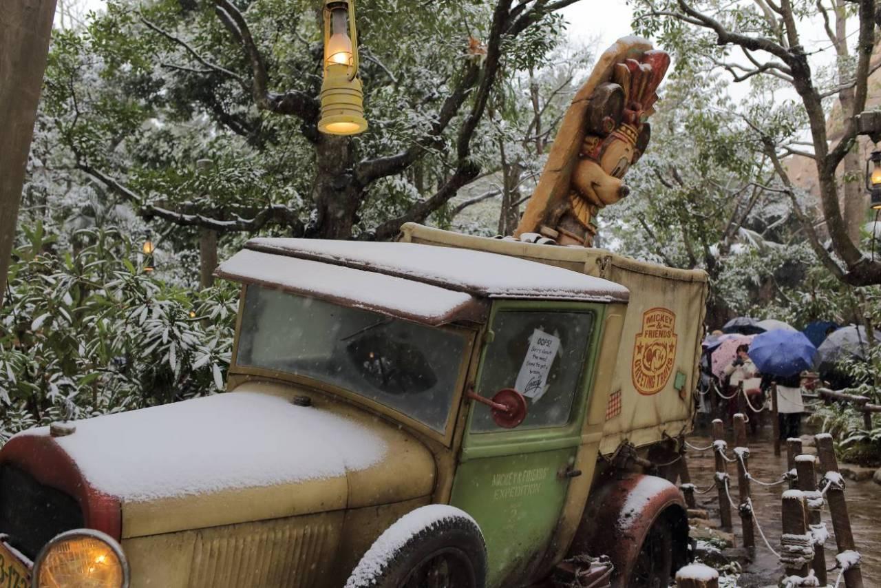 雪の日のロストリバーデルタのグリーティングトレイル前のトラック