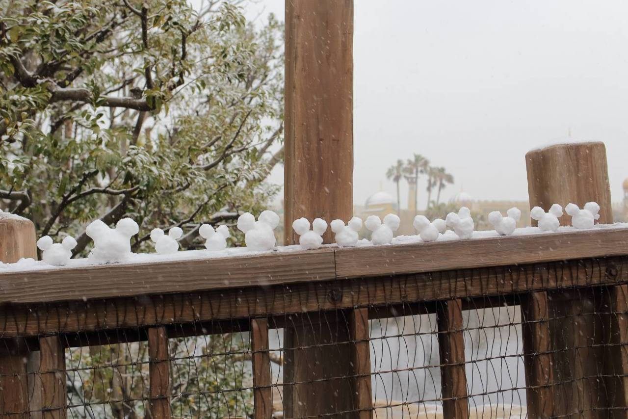 ロストリバーデルタの桟橋に並べられたミッキーシェイプの雪だるま