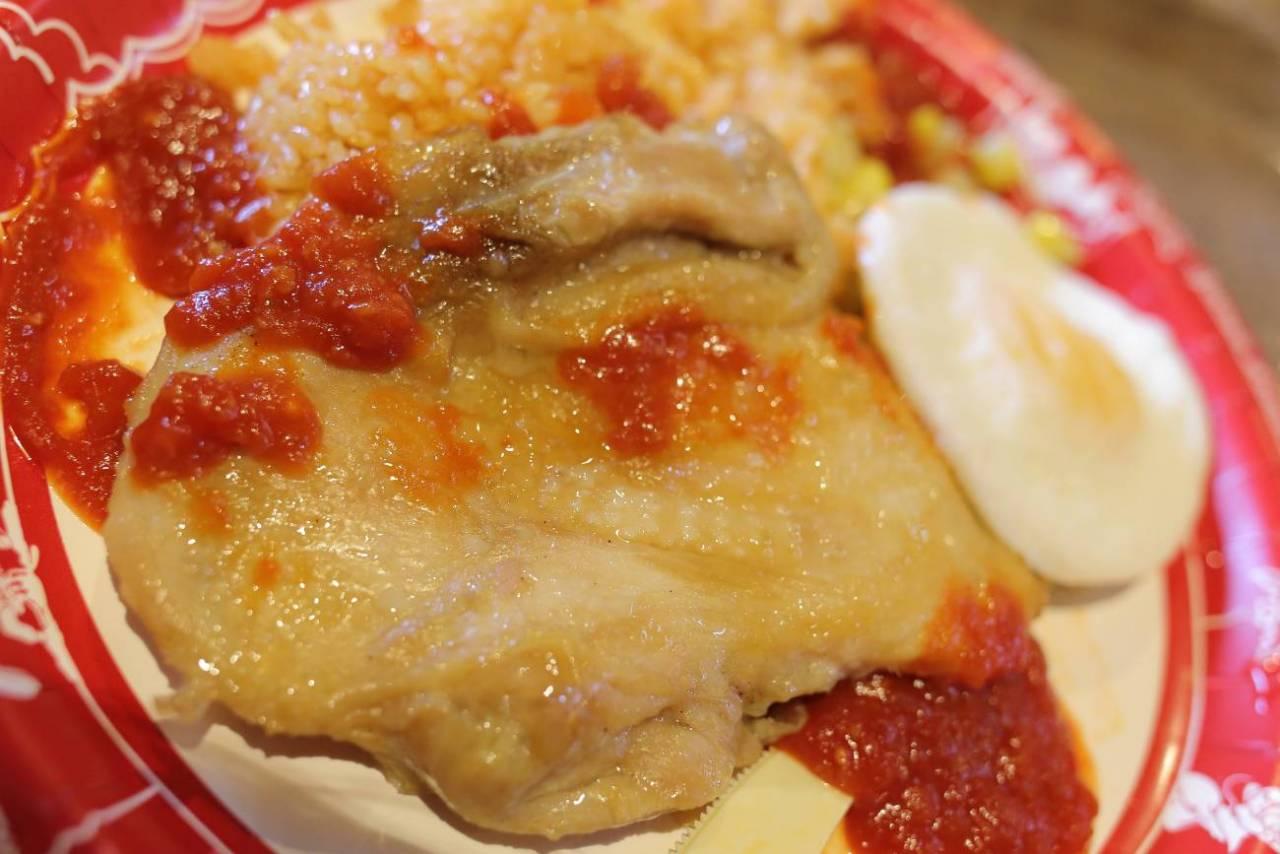 チキンのオーブン焼きのエッグとメキシカンライス添え