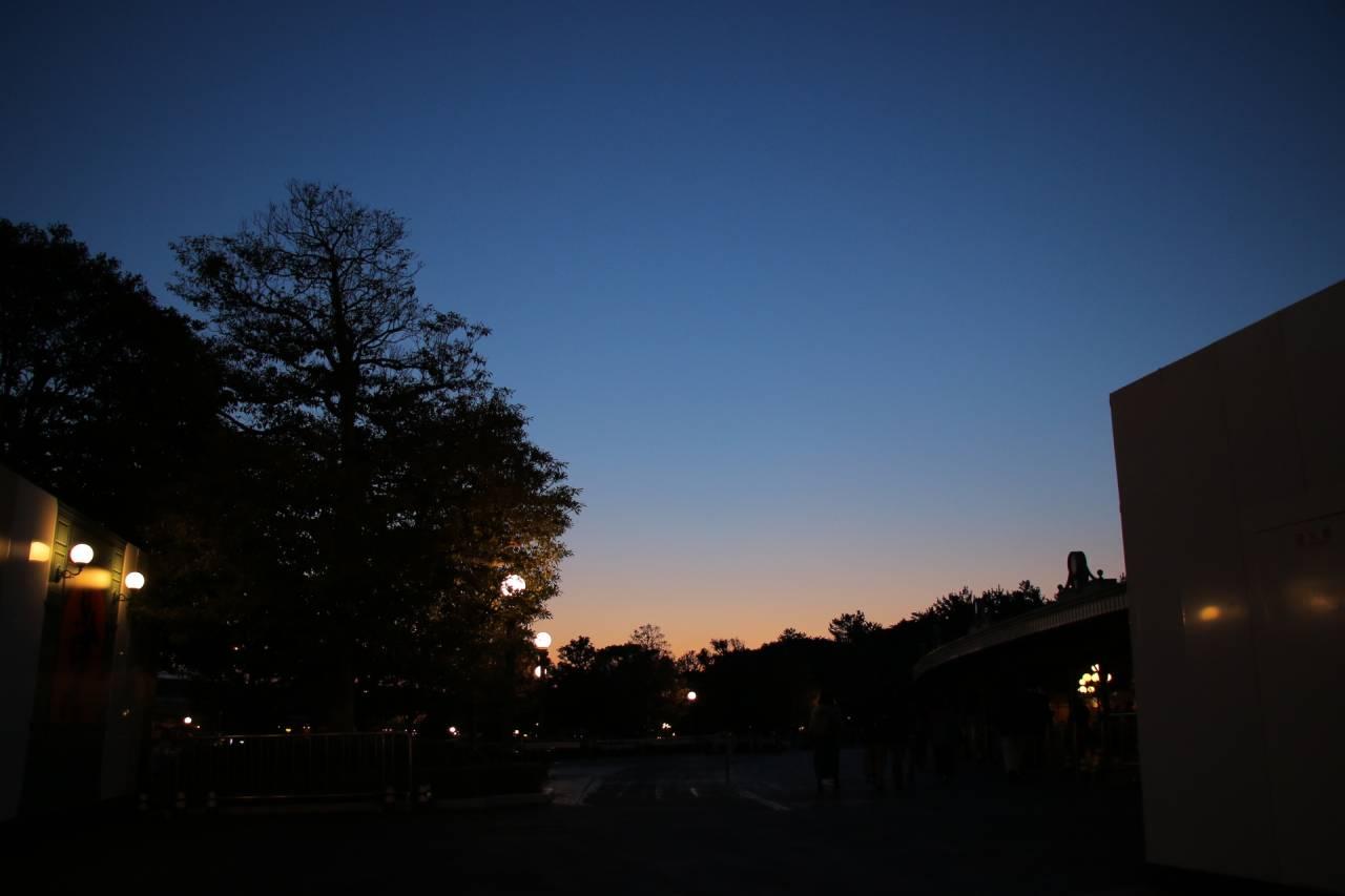 夜明けのディズニーランドゲート前