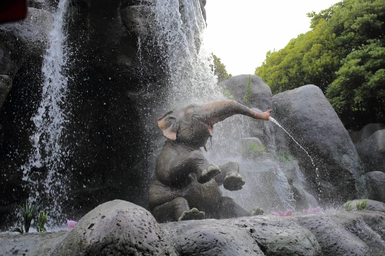 ジャングルクルーズの水遊びをするゾウ