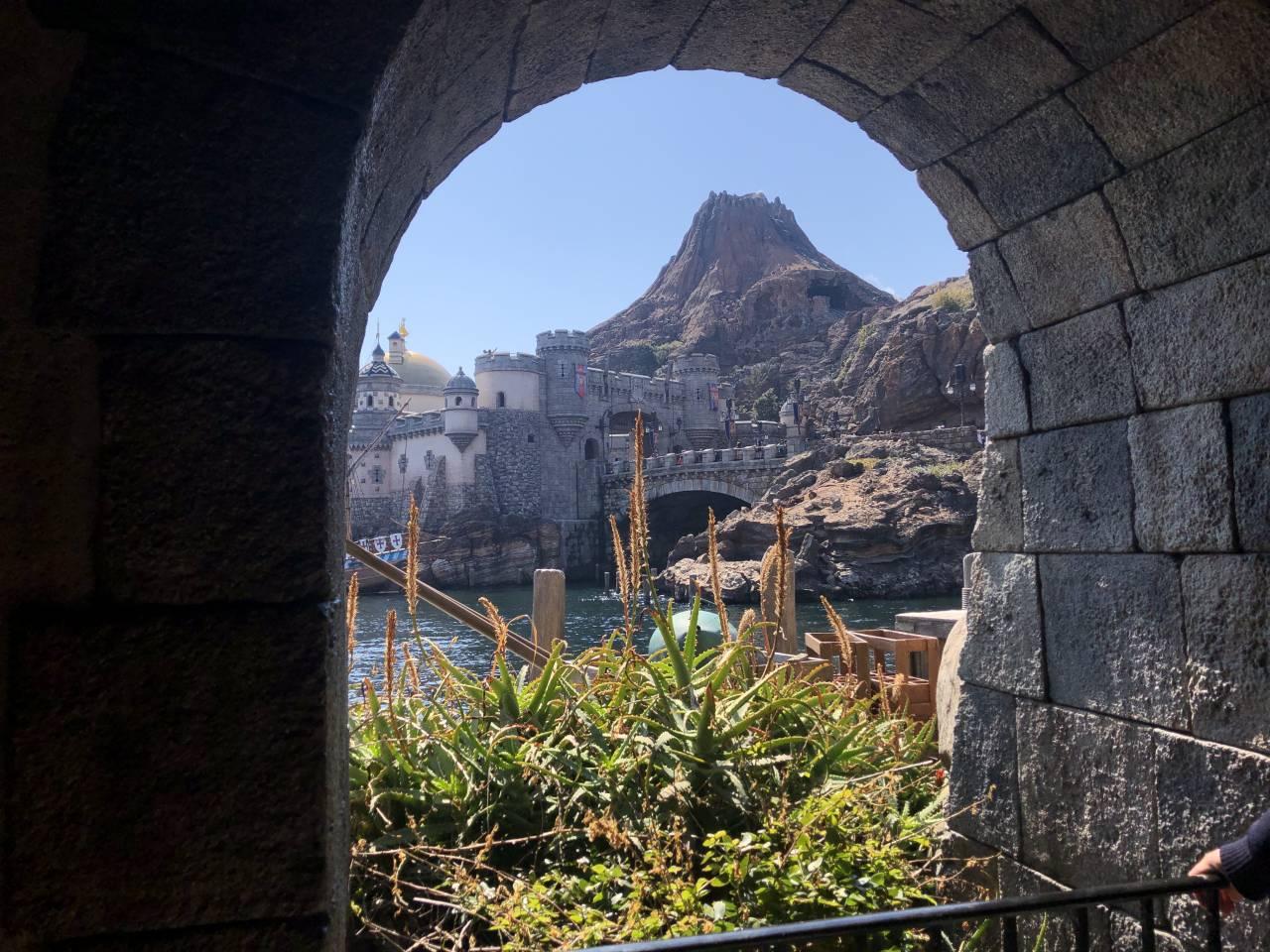 窓から見えるプロメテウス火山