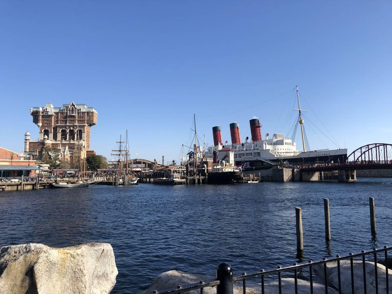 ケープコッド側から見えるS.S.コロンビア号とタワー・オブ・テラー