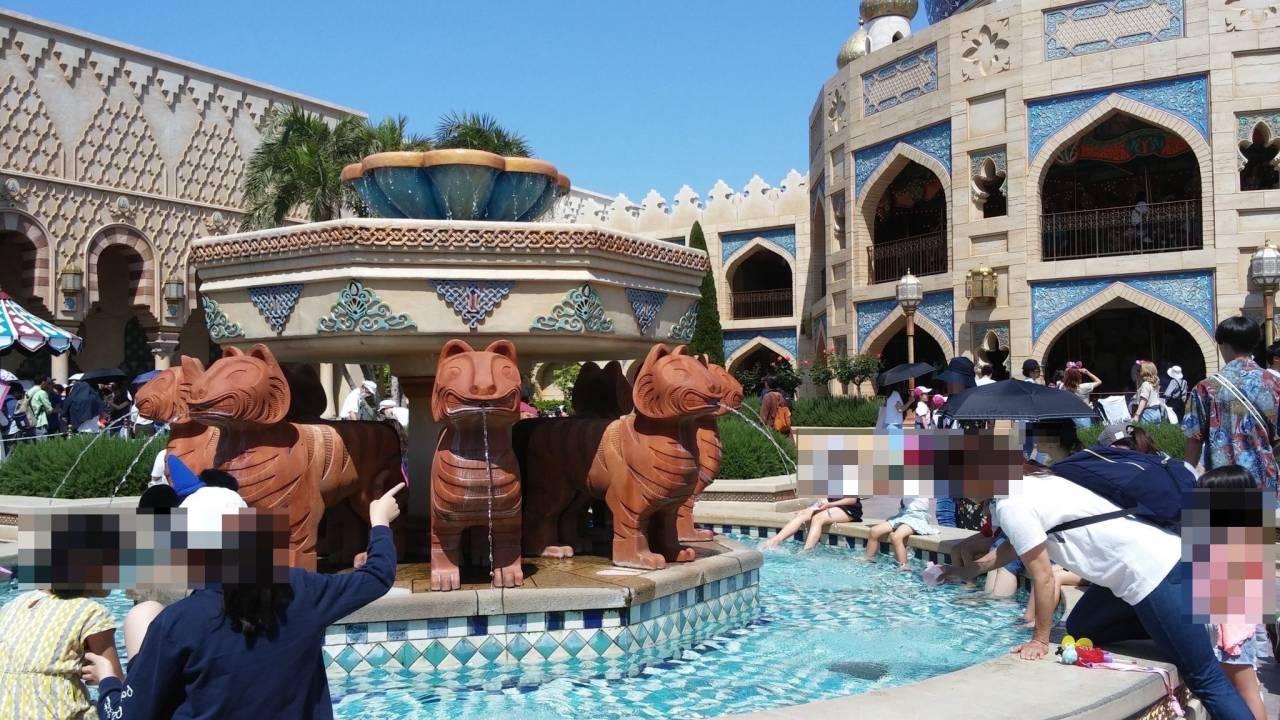ディズニーで噴水に足入れ