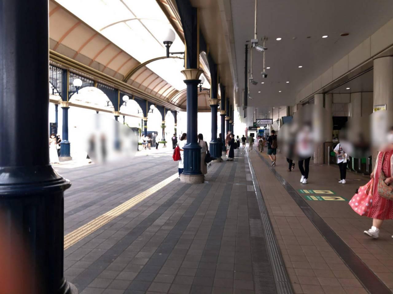 朝の舞浜駅前